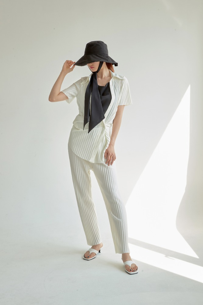 PLEATS LOOSE PANTS IN IVORY